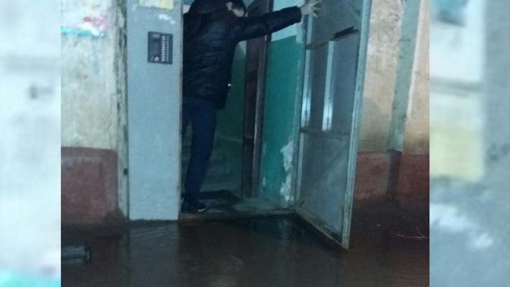 Коммунальщики нашли источник большой воды, отрезавшей людей от дома на севере Волгограда