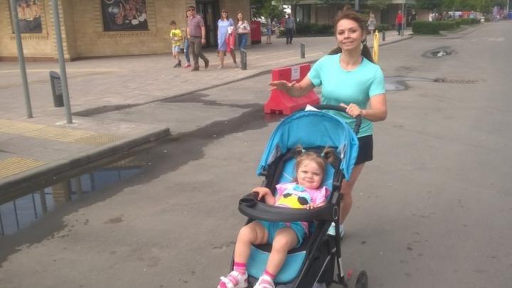 Ростовская гимнастка с маленькой дочкой в коляске пробежала дистанцию пять километров на «ЗаБеге РФ»