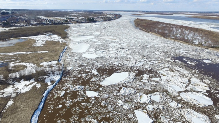 Ледоход на Северной Двине тормозит затор в Холмогорском районе