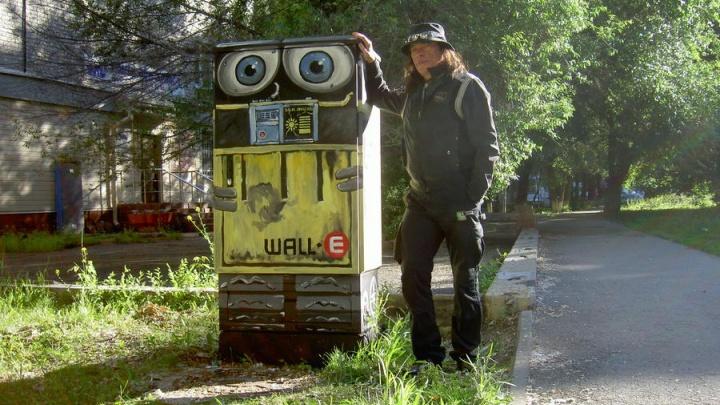 """«""""Валли"""" ждал меня в Тюмени»: художник из Перми превратил уличный электрошкаф в робота"""