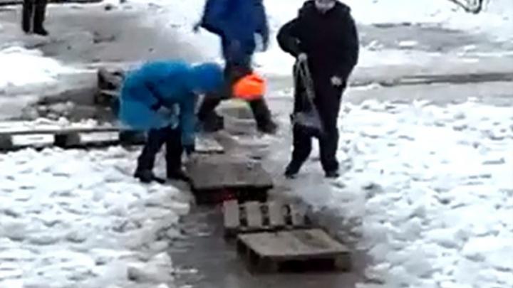 В Волгограде дети «тонут» на пути к школе