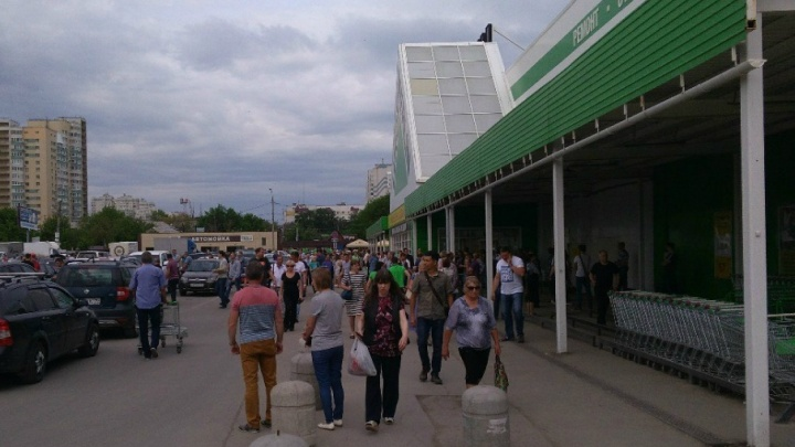 Посетителей «Леруа Мерлен» на Дыбенко срочно эвакуировали из здания