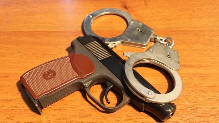 В Архангельске двое молодых людей напали на мужчину с пистолетом