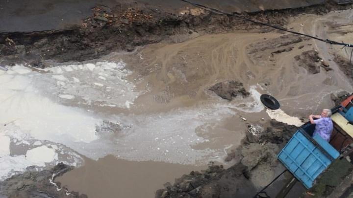 Плывущие машины, грязевые реки и испорченные вещи: последствия ливня в Ростове