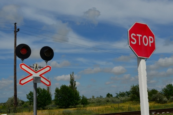 Единственная дорога в посёлок ОПМС-2 проходит через железнодорожные пути