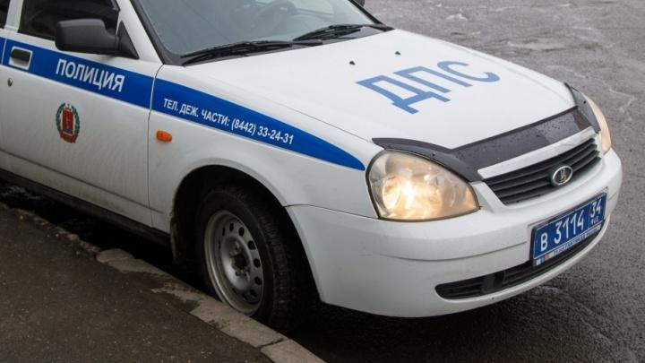 В Волгограде молодой водитель влетел в бугор и вывалился из машины