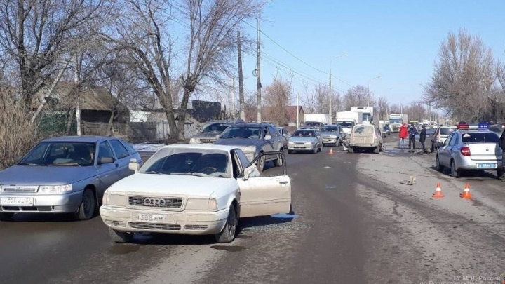 Четыре машины отлетели друг в друга в Кировском районе Волгограда