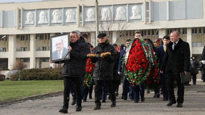 Сотни жителей Волгограда пришли проститься с Олегом Иншаковым