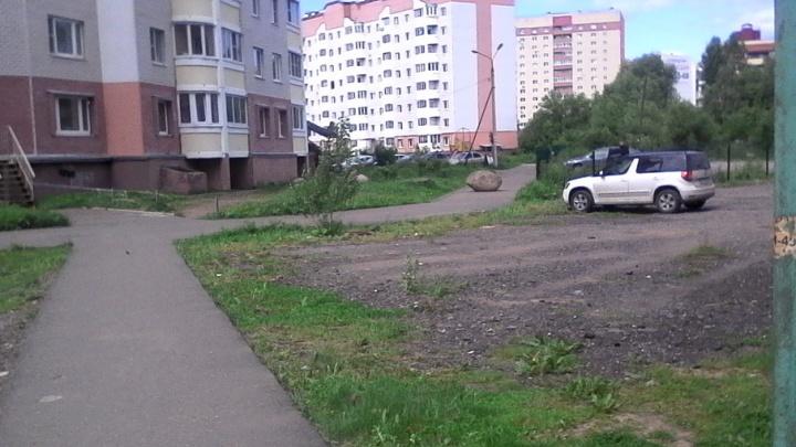 В ярославском дворе жители оккупировали чужую территорию под парковку