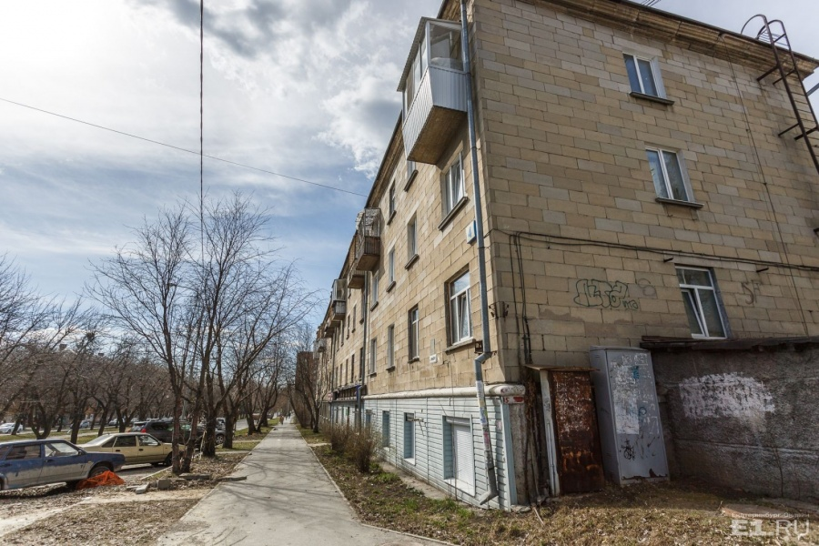 Начало улицы Мира. Здесь можно поймать такое ощущение, которое в центре уже не уловить. Кажется, что вы гуляете по старому Свердловску.