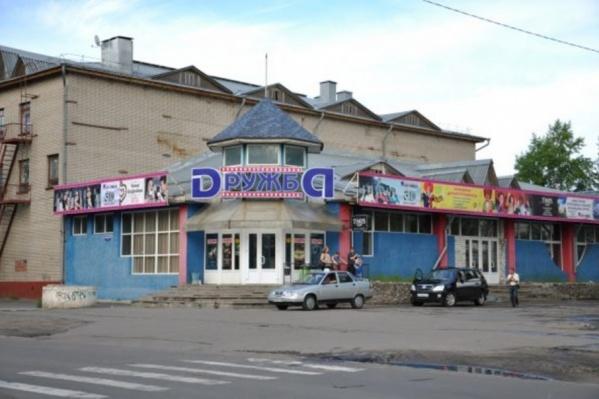 Кинотеатр в этом здании в Новодвинске находится уже много лет