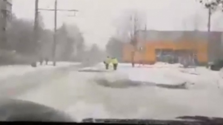 В Рыбинске дорожники заасфальтировали снег