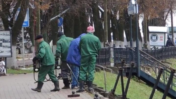 Власти убирают чугунный забор на набережной, чтобы уберечь ярославцев