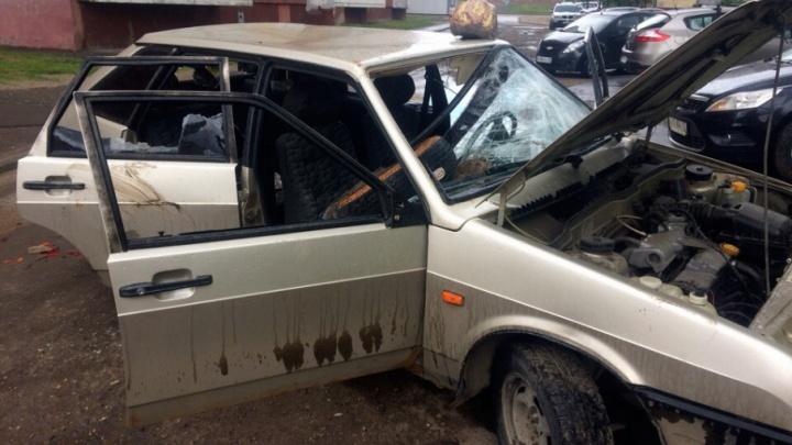 Выбиты все стёкла, в салоне — покрышка: в ярославском дворе вандалы изуродовали машину