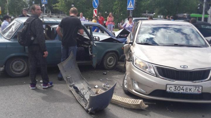 На перекрестке Республики – Тульской столкнулись три машины