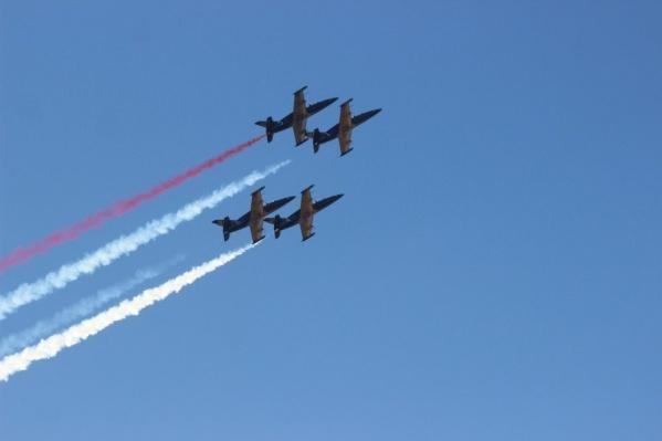 Пилотажная группа «Русь» показала волгоградцам свое «сердце» и «фонтан»