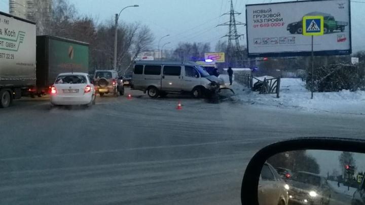 С утра в Екатеринбурге в ДТП попали КамАЗ, микроавтобус и легковушки