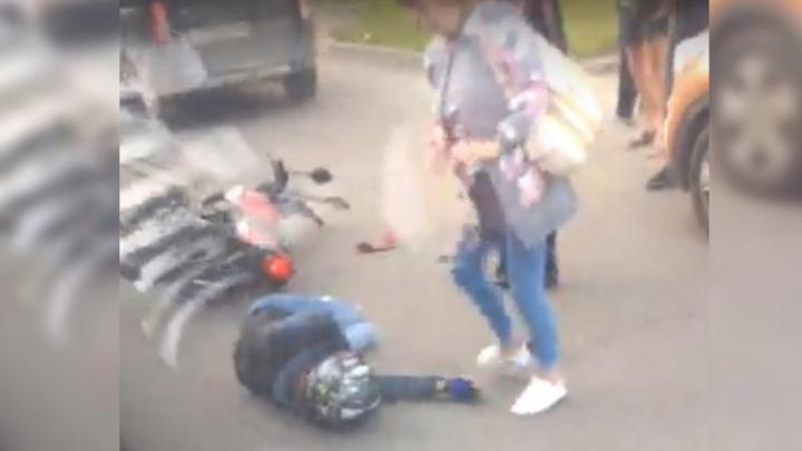 Не уступил дорогу: в Перми мотоциклиста увезли в больницу после столкновения с легковушкой