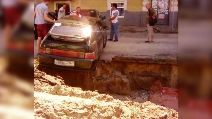 В яму на улице Станиславского провалился автомобиль