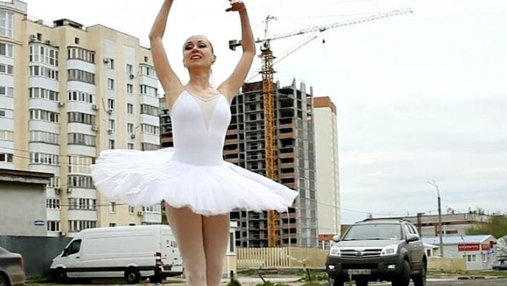 Самарская балерина станцевала на пуантах возле «лунных кратеров» на улице Дачной