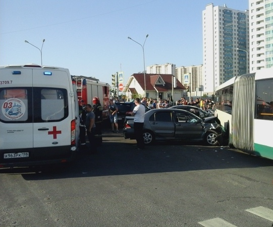 Серебристая машина, отправленная «Ситроеном» в автобус.