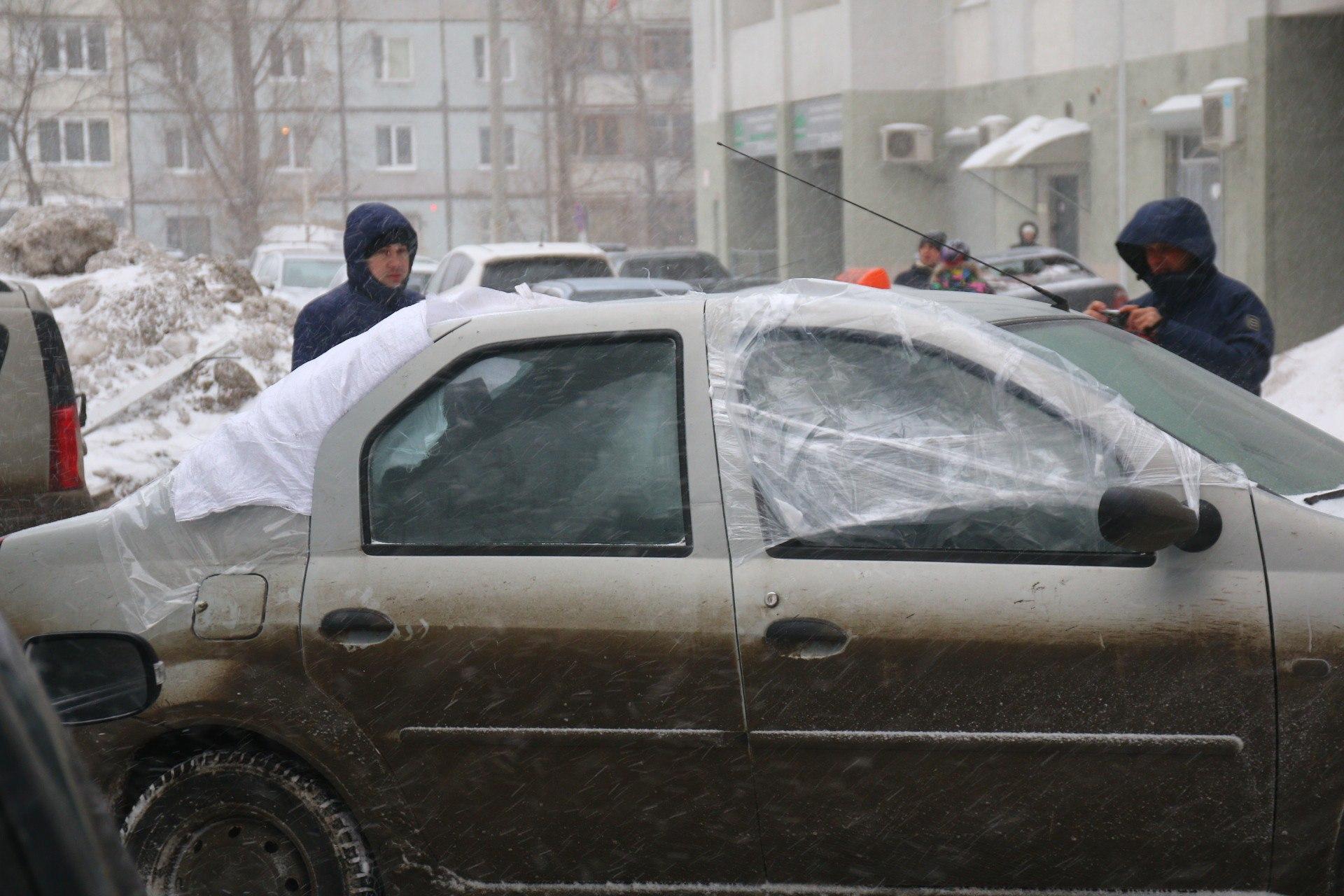 Автовладельцы фотографируют свои машины, чтобы зафиксировать ущерб