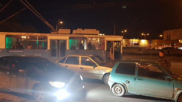 В Волгограде столкнувшиеся «Ока» и иномарка парализовали движение