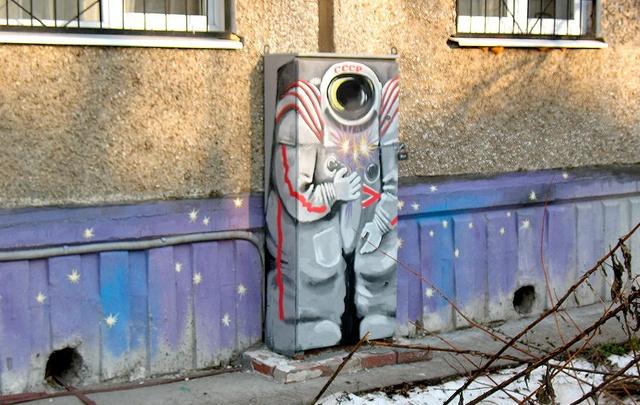 В память о Гречко и полете Гагарина: в Перми появилось два новых космических граффити
