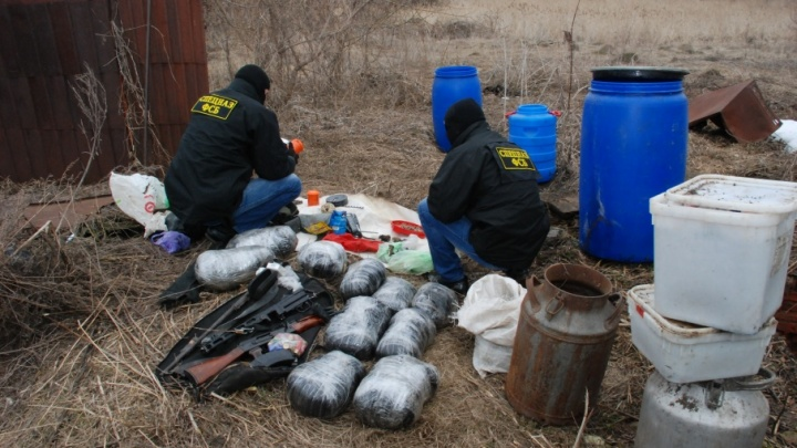 У жителя Волгоградской области нашли 150 кг травки, автомат Калашникова и пистолет-пулемет