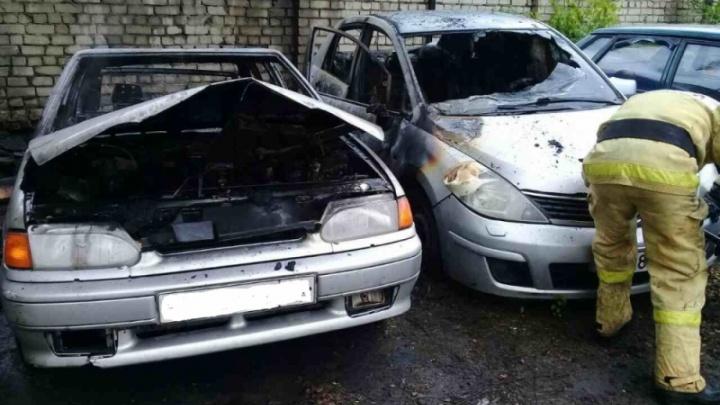 В центре города у жителя Ярославля сгорело два автомобиля