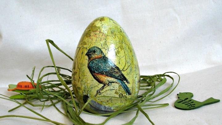 Рисовали супергероев, красили чаем, клеили бисер: смотрим, как тюменцы украсили к Пасхе яйца и куличи