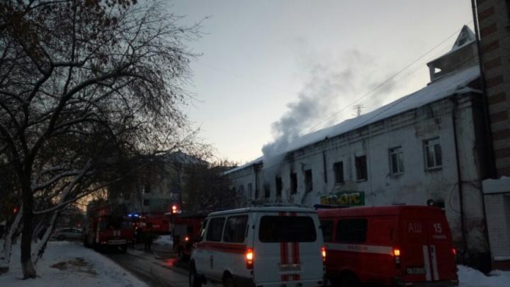 В Тюмени горела двухэтажка, пристроенная к исторической пожарной дозорной башне