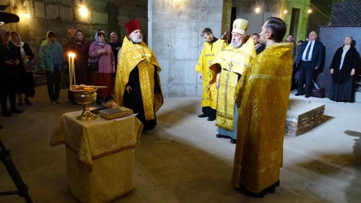 В Волгограде в строящемся кафедральном соборе отслужили первый молебен