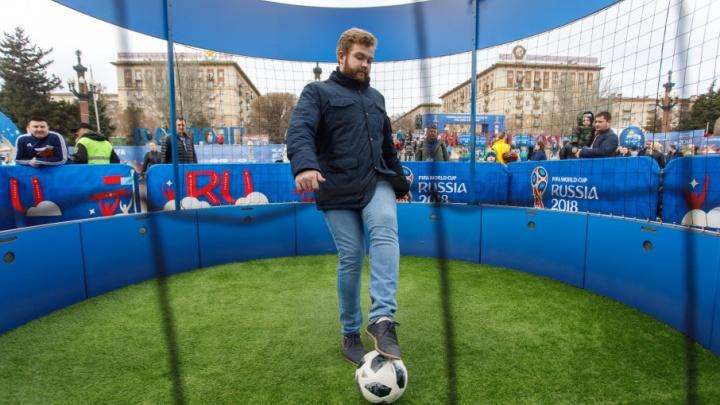В парке футбола: волгоградцы вышли на битву против робота-голкипера