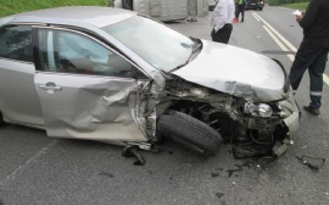В Ярославской области две машины вылетели на припаркованное авто: пострадали люди