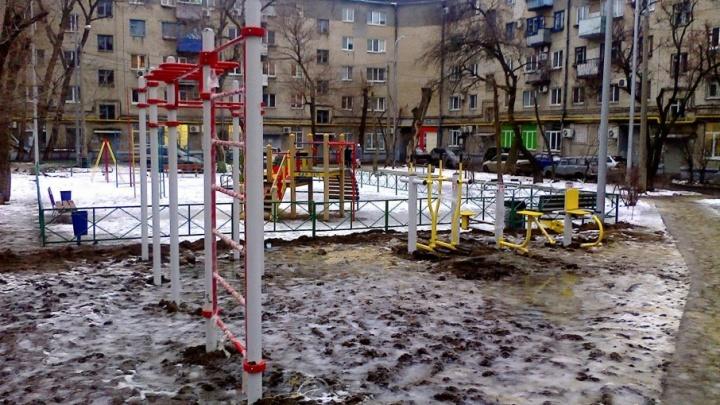 Новые детские площадки в центре Волгограда смешали с грязью