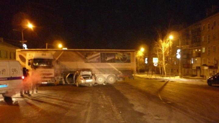«Десятка» влетела в фуру на ночной дороге в Копейске
