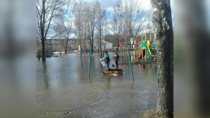 Дети катаются на плоту: ярославский двор затопило по колено