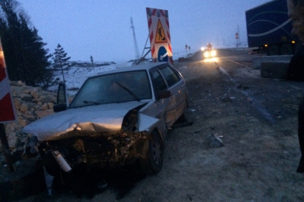 Водитель отечественной легковушки поздно заметил, что на дороге ведутся ремонтные работы