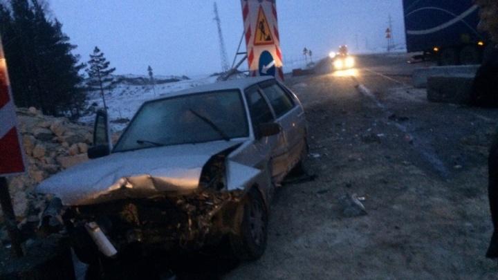 Lada влетела в бетонные блоки у тюменской ТЭЦ-2