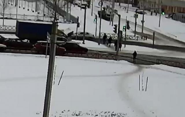 В Ярославле на пешеходном переходе сбили женщину: кадры
