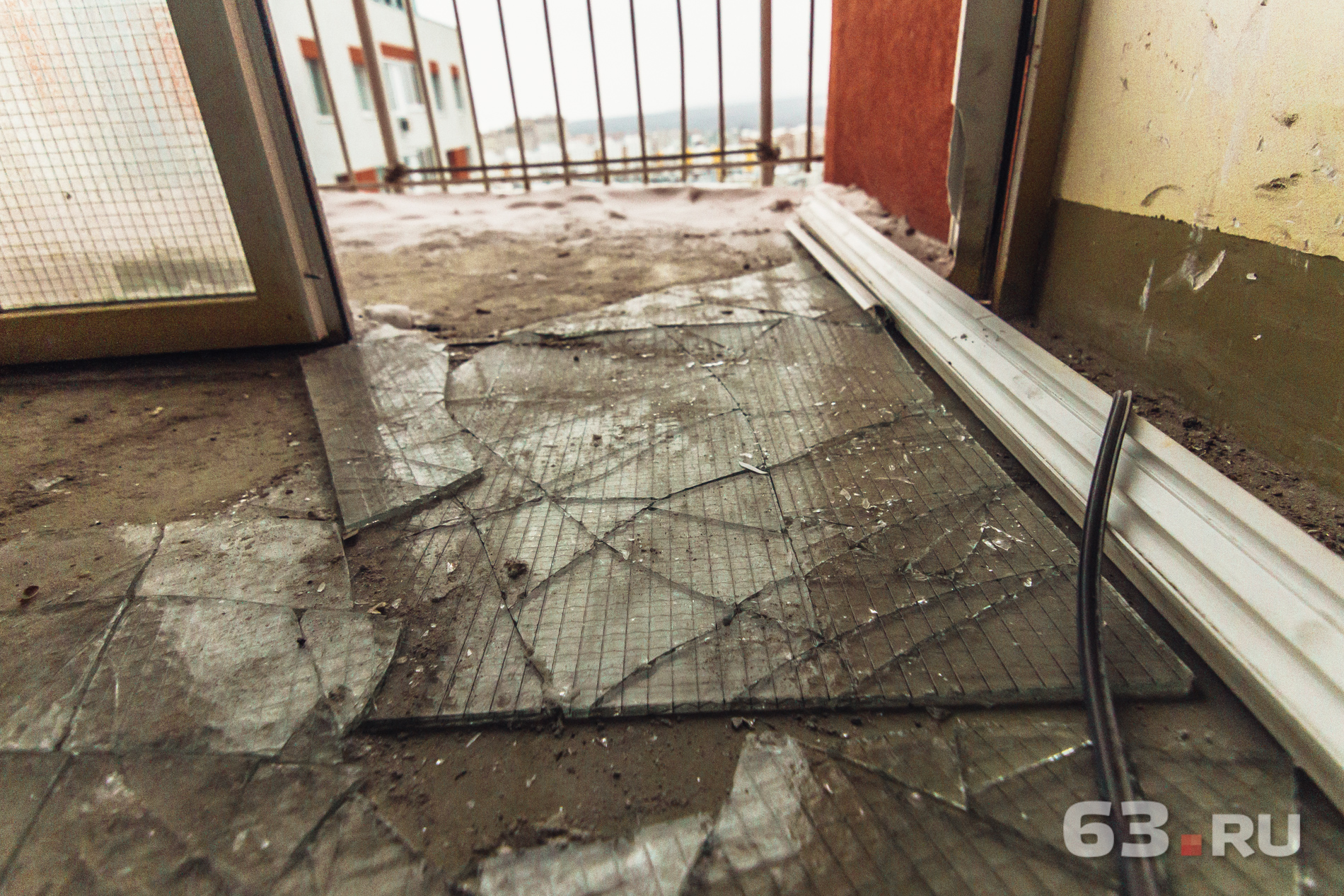 Выбитые стекла пока никто еще не убирал