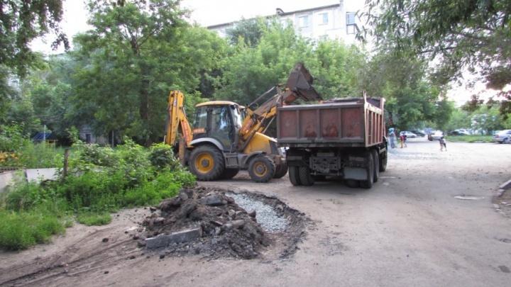 Челябинцы получат меньше денег на ремонт дворов из-за городов, срывающих программу благоустройства