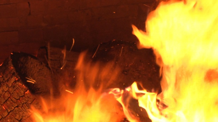 В Двинском Березнике полицейский применил табельное оружие, чтобы спасти семью от гибели при пожаре
