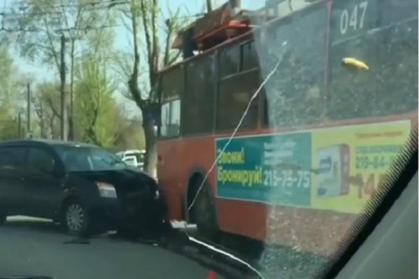 Авария случилась около 7:50 возле троллейбусного депо