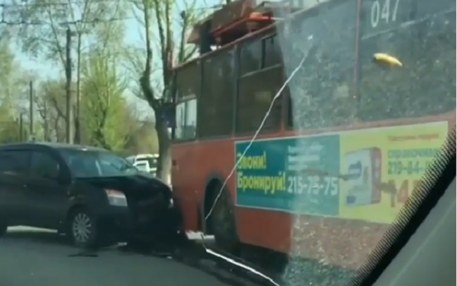 В Перми водитель иномарки устроил массовое ДТП с участием троллейбуса и такси