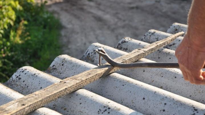 Забор из старого шифера: почему бы и нет