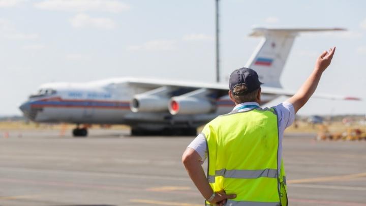 Авиация МЧС сбрасывает тонны воды на огромный пожар под Волгоградом