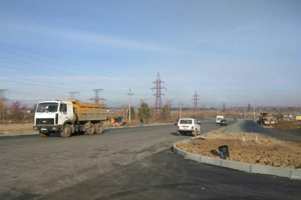 На новой дороге из микрорайона «Парковый-2» рабочим осталось доделать только тротуары