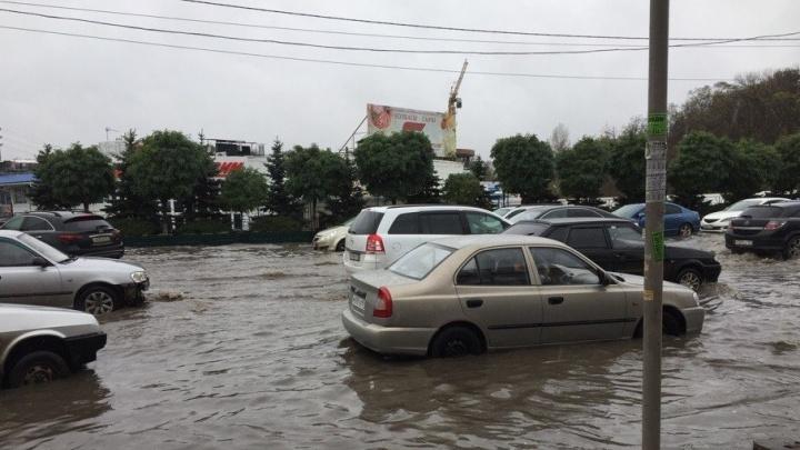 Ростов тонет: ливень превратил дороги возле двух рынков в реки